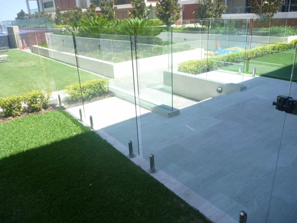Glass pool fencing perth pool fences frameless glass for Glass pool fences